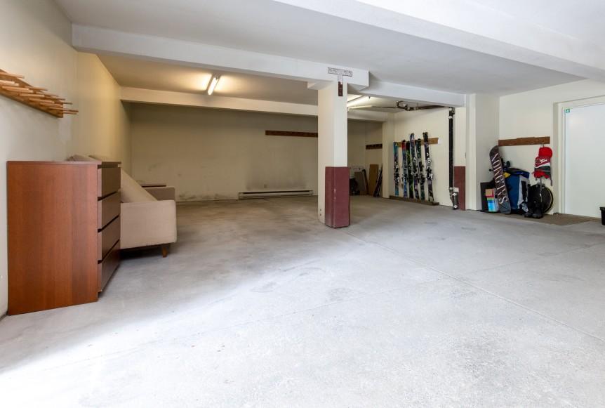 16-46 Snowridge-garage1